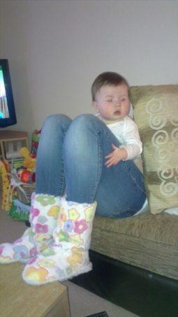 赤ちゃんと足 奇跡的瞬間画像