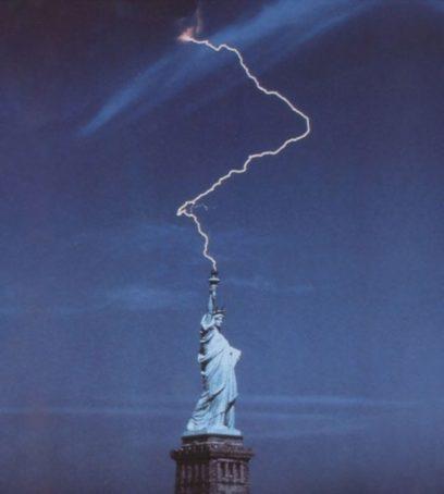 自由の女神と雷